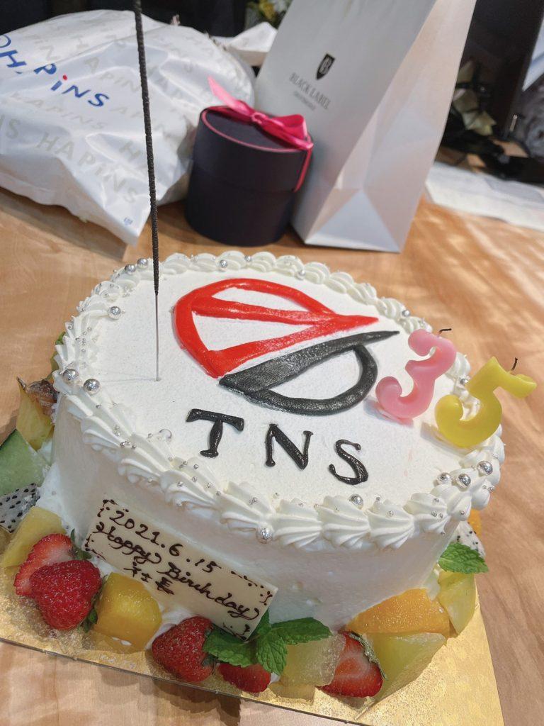 社長のお誕生日を、みんなでお祝いしました。